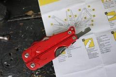 Multitool avec un grand choix de dispositifs Dans ce dispositif, sous forme de canif conventionnel vous avez beaucoup d'articles photo stock