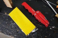 Multitool com uma variedade de dispositivos Neste dispositivo, sob a forma de um canivete convencional você tem muitos artigos foto de stock royalty free