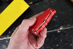 Multitool com uma variedade de dispositivos Neste dispositivo, sob a forma de um canivete convencional você tem muitos artigos foto de stock