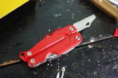 Multitool com uma variedade de dispositivos Neste dispositivo, sob a forma de um canivete convencional você tem muitos artigos fotografia de stock