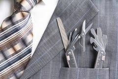 Multitool no bolso do homem de negócios em um conceito do apoio/serviço Imagens de Stock
