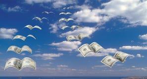 Multitud de $100 billetes de banco en el cielo. Imagen de archivo