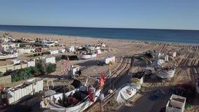 Multitud de barcos de pesca en la playa de Monte Gordo, Portugal almacen de video