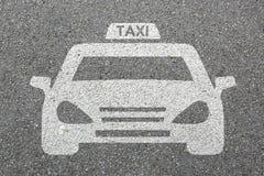 Multitud de la ciudad del tráfico por carretera de la calle del vehículo del coche del logotipo de la muestra del icono del taxi Fotografía de archivo
