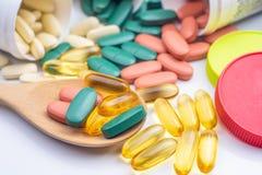 Multivitamin et suppléments pour l'appui de bonnes santés Omega 3 o photos libres de droits