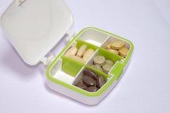 Multivitaminici e vitamina C in un Pilbox, nutrizione per la sanità Immagine Stock