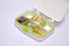Multivitamins en vitamine C in een Pilbox, Voeding voor Gezondheidszorg Stock Foto