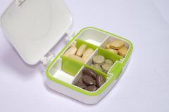 Multivitamins y vitamina C en un Pilbox, nutrición para la atención sanitaria Imagen de archivo