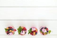 Multivitaminsommer-Beere köstliches panacotta stockbild