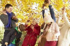 Multl一代家庭投掷的叶子在秋天庭院里 免版税库存照片