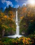 Multnomah cai em cores do outono imagem de stock
