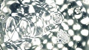 Multple cae caer en agua contra luces del punto monocromático Concepto químico del experimento Clip estupendo de la cámara lenta almacen de metraje de vídeo