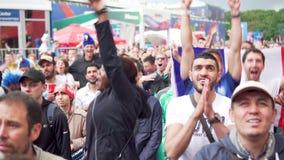 Multunational folkmassa av franska jublande fans, matchen Frankrike Uruguay, fanzon arkivfilmer