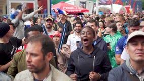Multunational folkmassa av franska jublande fans, matchen Frankrike Uruguay, fanzon lager videofilmer