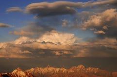 Multy-überlagertes cloudscape über Bergen im Vorabend Stockfotografie