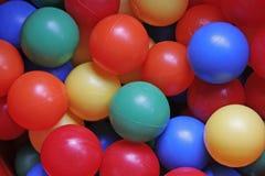 Multy coloreó bolas plásticas Imágenes de archivo libres de regalías