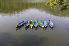 Multy ha colorato le imbarcazioni a remi del legname sul lago Nepal Fewa fotografia stock