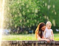 Mum και το παιδί της που παίζουν στο πάρκο Στοκ Φωτογραφίες