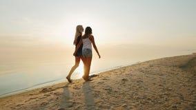 Mum με μια κόρη 8 χρονών που περπατά στην παραλία από κοινού απόθεμα βίντεο