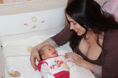 Mum bekijkt de baby Stock Afbeelding