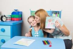 Mum całuje córki ponieważ rysował ona piękna Zdjęcie Royalty Free