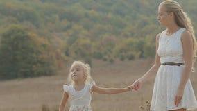 Mum com a filha pequena que ri e que tem o divertimento dentro filme