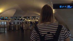 Mum com o bebê que anda ao torniquete do metro em Lisboa, Portugal vídeos de arquivo