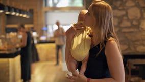 Mum com o quadro indicador do menu da leitura do bebê no café filme