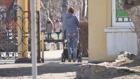 Mum da mulher com um passeante e uma criança na rua exterior video estoque