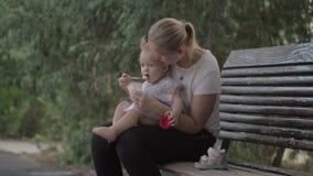 Mum daje jogurtowi dziecko córka w parku zbiory wideo