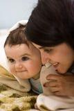 Mum die de kleine zoon omhelst waaraan 7 maanden Stock Foto's