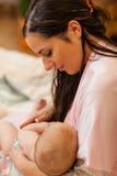 Mum e bebê novos. Fotos de Stock