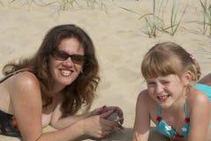 Mum e a filha na areia Imagem de Stock Royalty Free