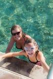 Mum e filha no mar imagens de stock