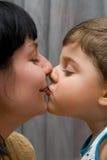 Mum e o beijo do filho Fotografia de Stock Royalty Free