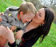 Mum e o filho em uma caminhada Imagem de Stock