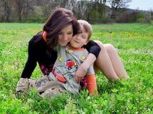 Mum e o filho em uma caminhada Fotografia de Stock