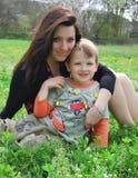 Mum e o filho em uma caminhada Fotografia de Stock Royalty Free