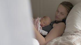 Mum en babyslaap samen stock video
