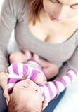 Mum en de baby delen een teder ogenblik Stock Fotografie