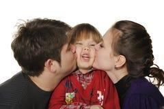 Mum en de papa kussen de zoon. Royalty-vrije Stock Afbeelding