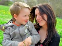 Mum en de zoon op een gang stock foto's