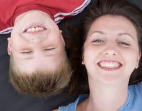 Mum en de zoonsglimlach Stock Afbeeldingen