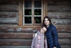 Mum en dochter het omhelzen stock afbeeldingen