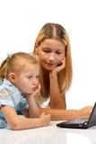Mum en dochter met notitieboekje Stock Foto's