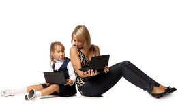 Mum en dochter met notitieboekje Stock Fotografie