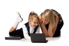 Mum en dochter met notitieboekje Stock Afbeelding
