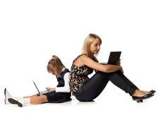Mum en dochter met notitieboekje Stock Afbeeldingen