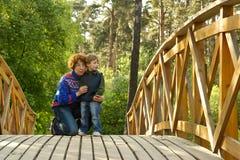 Mum en jongen op de brug Royalty-vrije Stock Foto's