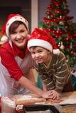 Mum en zoon die pret hebben bij Kerstmisbaksel Stock Foto's